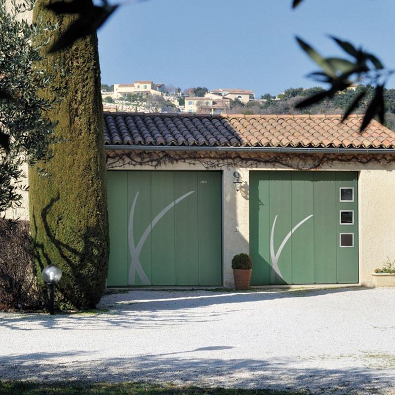 Porte de garage laterale portes de garage menuiserie for Moteur porte de garage laterale